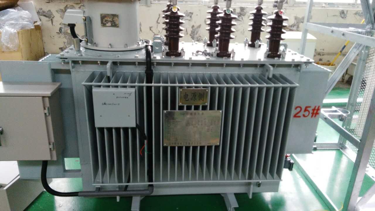 三、自动调压器的调压原理和容量设计 3.1.1. 自动调压器的调压原理: SVR馈线自动调压器共有三部分构成:三相自耦式变压器 ,三相有载分接开关和智能控制器。 自耦式变压器整个线圈分为三部分:串励线圈、并励线圈,控制线圈。其中,串励线圈是一个有多个抽头的绕组,这些抽头通过有载分接开关的不同接点串联在输入输出之间,改变分接位置,从而改变自耦变压器变比,达到调整电压的目的;三相并励线圈为自耦变压器的公共绕组,产生传递能量的磁场; 控制线圈为控制器提供工作电源和采样信号。SVR-3000KVA/10KV线路